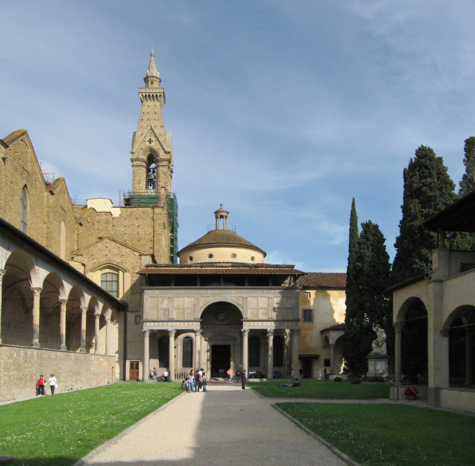 Florencja – kaplica Pazzich.Kaplicaznanego ibogatego rodu florenckiego zaprojektowana została przez Filippo Bruneleschiego w1430, ale budowano ją wlatach 1442-1478 inigdy nie ukończono, gdyż zpowodów politycznych Pazzich wygnano zmiasta. Zwróć uwagę na zastosowanie klasycznych kolumn korynckich iłuku. Florencja – kaplica Pazzich.Kaplicaznanego ibogatego rodu florenckiego zaprojektowana została przez Filippo Bruneleschiego w1430, ale budowano ją wlatach 1442-1478 inigdy nie ukończono, gdyż zpowodów politycznych Pazzich wygnano zmiasta. Zwróć uwagę na zastosowanie klasycznych kolumn korynckich iłuku. Źródło: Gryffindor, 2008, Wikimedia Commons, licencja: CC BY-SA 3.0.