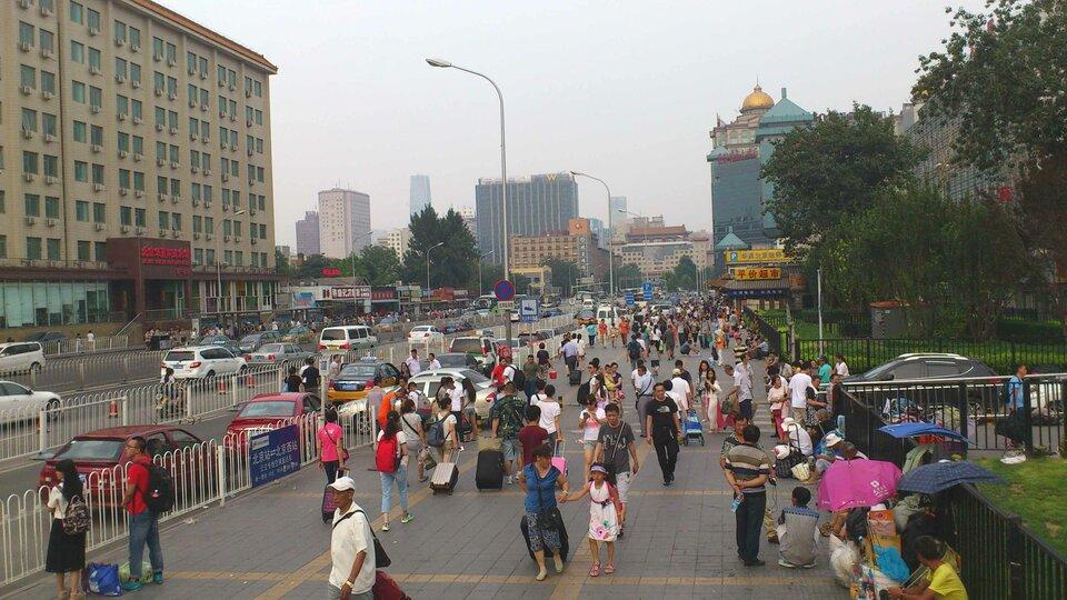 Na zdjęciu zatłoczona ulica, dużo samochodów, wysokie budynki.