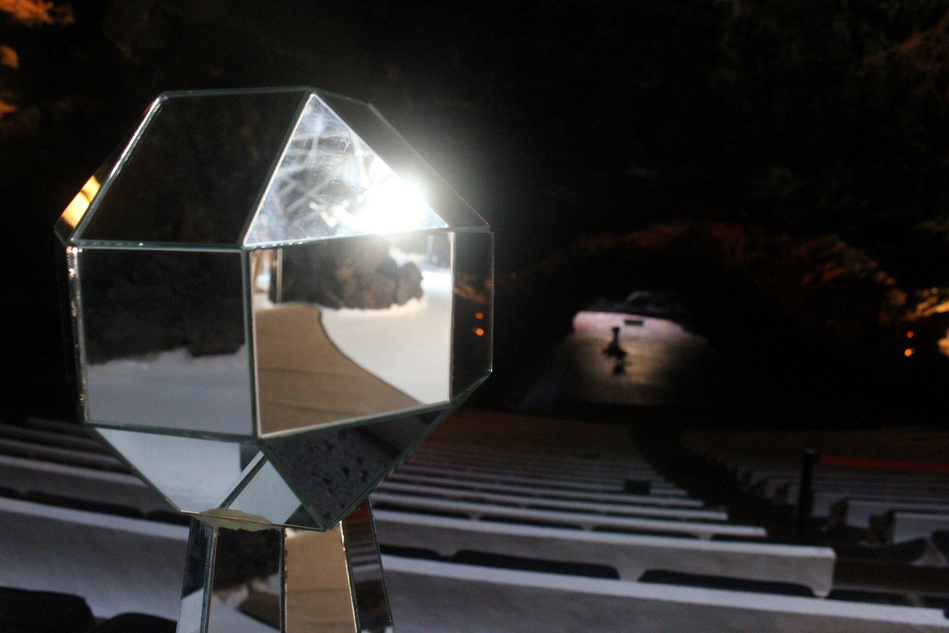 """Zdjęcie """"zajączka"""" czyli promienia światła odbitego wlusterku"""