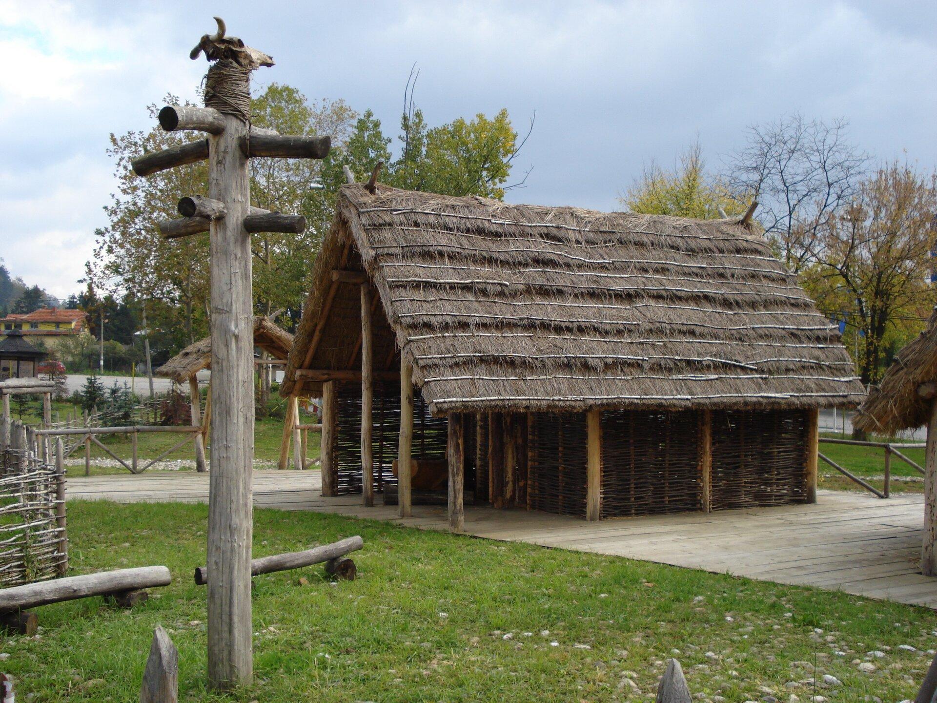 Rekonstrukcja pierwszych domostw neolitycznych, Tuzla, Bośnia iHercegowina Rekonstrukcja pierwszych domostw neolitycznych, Tuzla, Bośnia iHercegowina Źródło: Prof saxx, Wikimedia Commons, licencja: CC BY-SA 3.0.