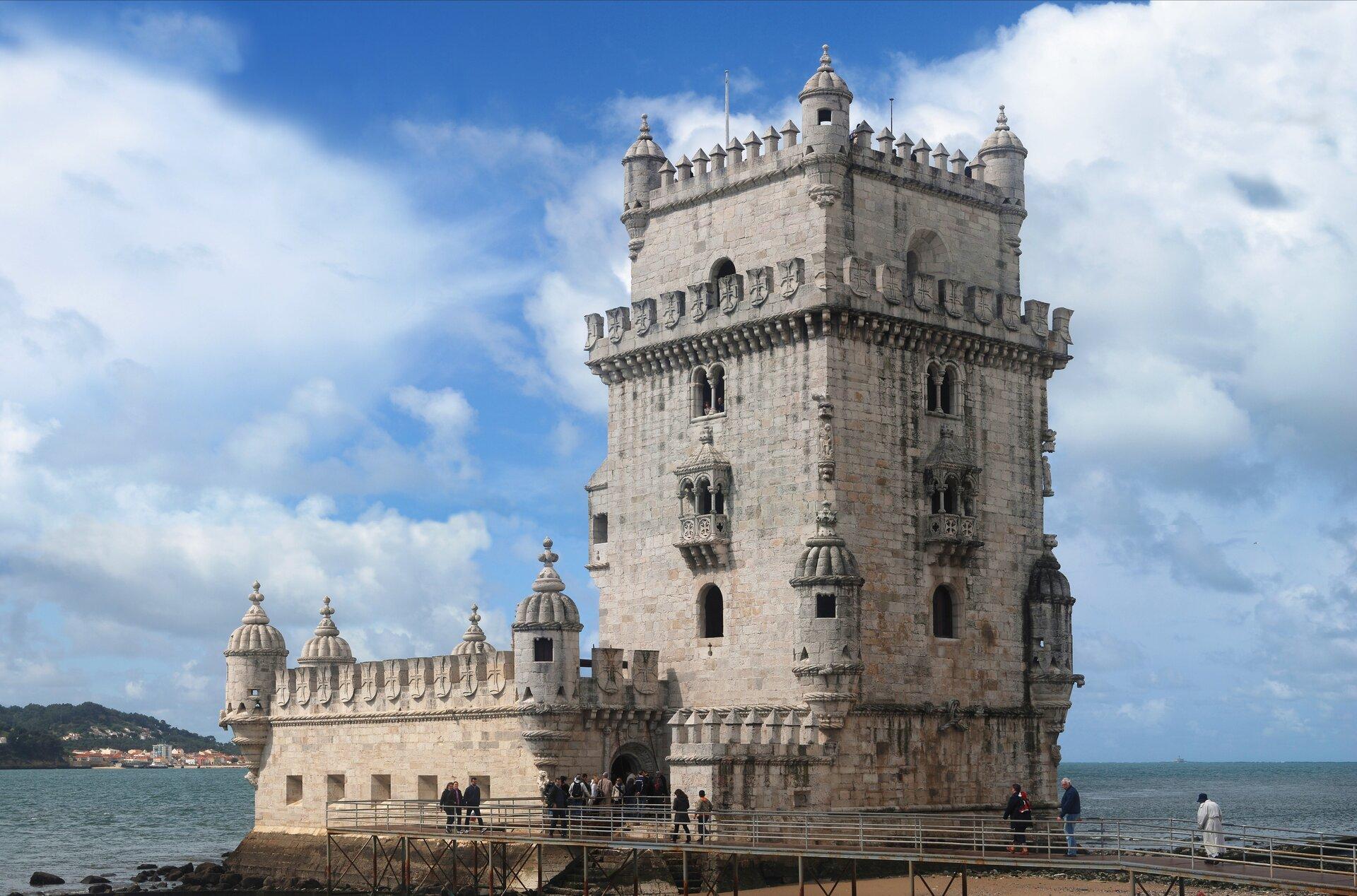Wieża wBelém – portowej dzielnicy Lizbony. Widok od wschodu Wieża wBelém – portowej dzielnicy Lizbony. Widok od wschodu Źródło: Alvesgaspar, Wikimedia Commons, licencja: CC BY-SA 3.0.
