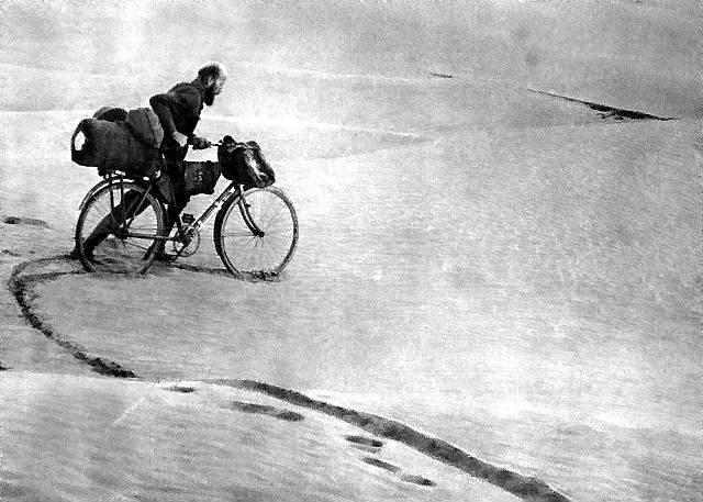 Kazimierz Nowak zrowerem na pustyni, około 1931–1936 Kazimierz Nowak zrowerem na pustyni, około 1931–1936 Źródło: domena publiczna.