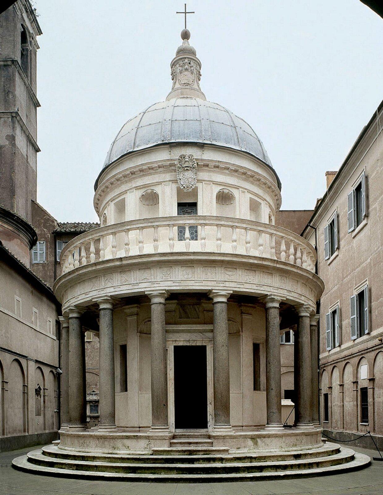 Ilustracja przedstawia kaplicę Donate Bramante, Tempietto. Kaplica jest okrągła, aupodstaw znajduje się kilka małych schodów. Centralny korpus, celle zawierającą relikwiarz, wieńczy kopuła iotacza pierścień kolumn. Korpus otacza 8 toskańskich kolumn widocznych na zdjęciu. Nad nimi balustrada.