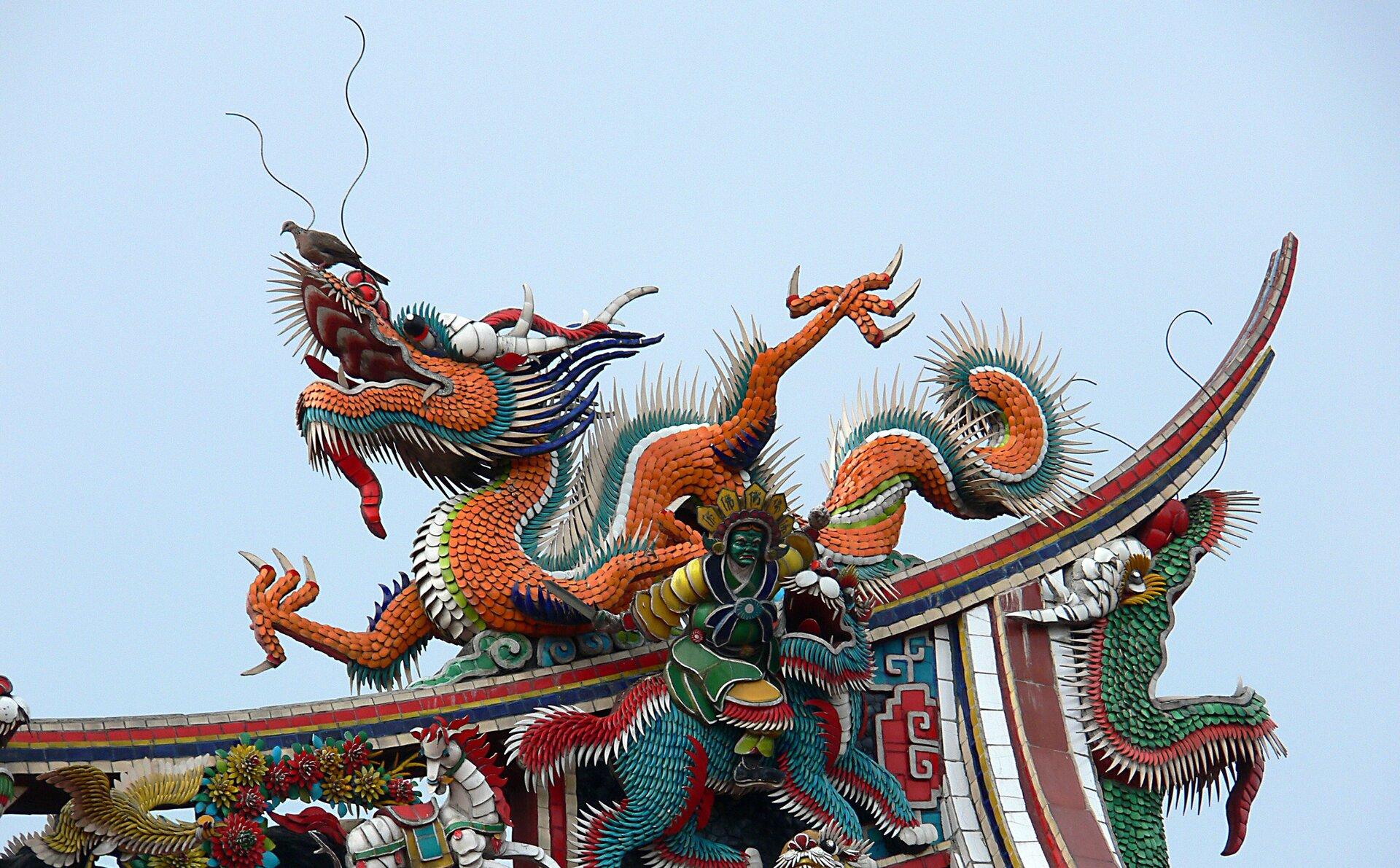 Smok na dachu świątyni Longshan wTajpej Smok na dachu świątyni Longshan wTajpej Źródło: WikiLaurent, licencja: CC BY-SA 3.0.