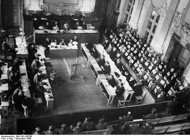 Kadraobozów koncentracyjnych sądzona wNorymberdze Kadraobozów koncentracyjnych sądzona wNorymberdze Źródło: licencja: CC BY-SA 3.0.