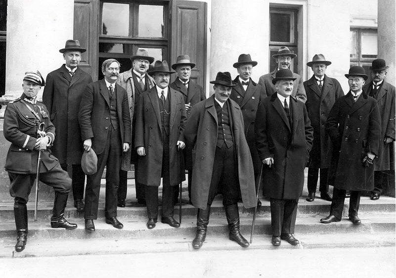 Rząd w1926 roku. Od lewej: J. Tarnawa-Malczewski, A. Chądzyński, S. Grabski, S. Piechocki, S. Smólski, S. Osiecki, W. Witos, W. Kiernik, J. Zdziechowski, K. Dzierżykraj-Morawski, J. Radwan, J. Jankowski, M. Rybczyński Rząd w1926 roku. Od lewej: J. Tarnawa-Malczewski, A. Chądzyński, S. Grabski, S. Piechocki, S. Smólski, S. Osiecki, W. Witos, W. Kiernik, J. Zdziechowski, K. Dzierżykraj-Morawski, J. Radwan, J. Jankowski, M. Rybczyński Źródło: domena publiczna.
