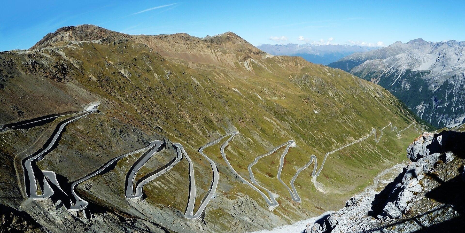 Zdjęcie przedstawia krętą drogę wgórach. Droga staje się tym bardziej kręta, im wyższa wysokość góry.