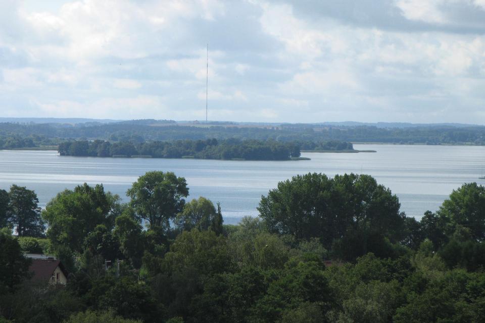 Galeria zdjęć prezentuje różne rodzaje jezior, ze względu na sposób powstania. Fotografia prezentuje rozległe polodowcowe jezioro Niegocin, powstałe na skutek wędrówki olbrzymiego lodowca.