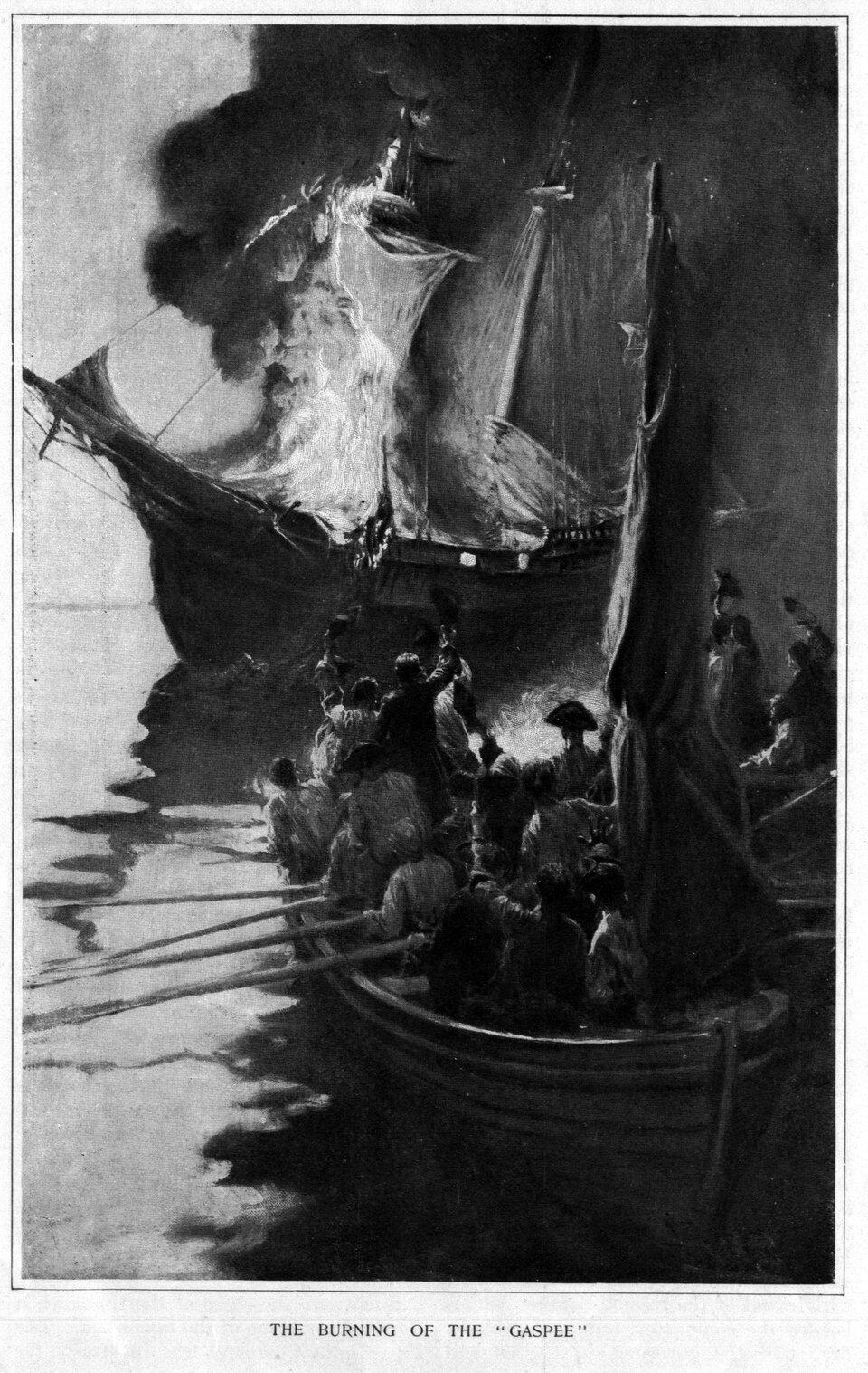 """Obrazpokazujący spalenie królewskiego okrętu przez kolonistów w1772 r. Stało się przy cyplu wstanie Rhode Island. Wydarzenie to określane było jako tzw. """"afera Gaspée"""", od nazwy zniszczonego wówczas szkunera (obecnie cyplowi także nadano nazwę Gaspée).Po zmianie taryf celnych brytyjskie okręty królewskiej marynarki strzegły wybrzeży amerykańskich, aby uniemożliwić szmuglowanie nieoclonych towarów. Ośmiodziałowy szkuner """"Gaspée"""" wczerwcu 1772 r. osiadł na mieliźnie iwówczas tzw. """"synowie wolności"""" - czyli zwalczający administrację brytyjską zwolennicy niezależności - podpłynęli do okrętu ipodpalili go. Władze powołały specjalną komisję, która miała ustalić sprawców iich ukarać, ale powszechne poparcie dla tego czynu iniechęć do współpracy mieszkańców uniemożliwiły ukaranie winnych. Obrazpokazujący spalenie królewskiego okrętu przez kolonistów w1772 r. Stało się przy cyplu wstanie Rhode Island. Wydarzenie to określane było jako tzw. """"afera Gaspée"""", od nazwy zniszczonego wówczas szkunera (obecnie cyplowi także nadano nazwę Gaspée).Po zmianie taryf celnych brytyjskie okręty królewskiej marynarki strzegły wybrzeży amerykańskich, aby uniemożliwić szmuglowanie nieoclonych towarów. Ośmiodziałowy szkuner """"Gaspée"""" wczerwcu 1772 r. osiadł na mieliźnie iwówczas tzw. """"synowie wolności"""" - czyli zwalczający administrację brytyjską zwolennicy niezależności - podpłynęli do okrętu ipodpalili go. Władze powołały specjalną komisję, która miała ustalić sprawców iich ukarać, ale powszechne poparcie dla tego czynu iniechęć do współpracy mieszkańców uniemożliwiły ukaranie winnych. Źródło: Harper & Brothers, 1883, domena publiczna."""