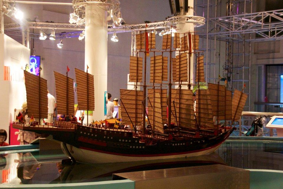 Wielka dżonka – flota odkrywcza chińskiego dowódcy wXV w. Wielka dżonka – flota odkrywcza chińskiego dowódcy wXV w. Źródło: Mike Peel, Wikimedia Commons, licencja: CC BY-SA 4.0.