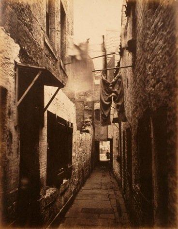 Slumsy wGlasgow Źródło: Thomas Annan, Slumsy wGlasgow, 1871, domena publiczna.