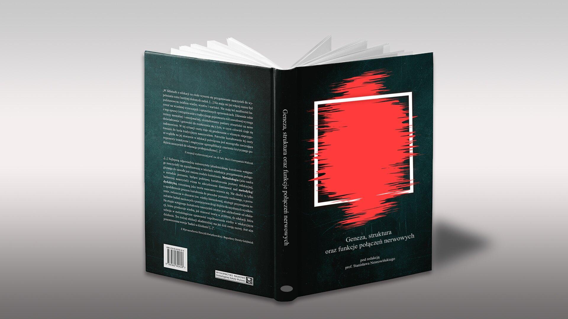 Na szarym tle widzimy rozłożoną książkę wczarnej okładce, wewnątrz widać ułożone wwachlarz białe strony. Strona tytułowa ma wbiałej ramce czerwoną plamę. Na grzbiecie widnieje tytuł zapisany białymi literami. Okładka na końcu jest zapisana iopatrzna na dole kodem kreskowym.