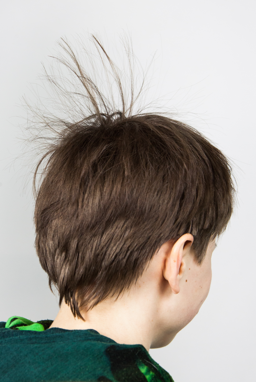 Fotografia ukazująca człowieka znaelektryzowanymi włosami