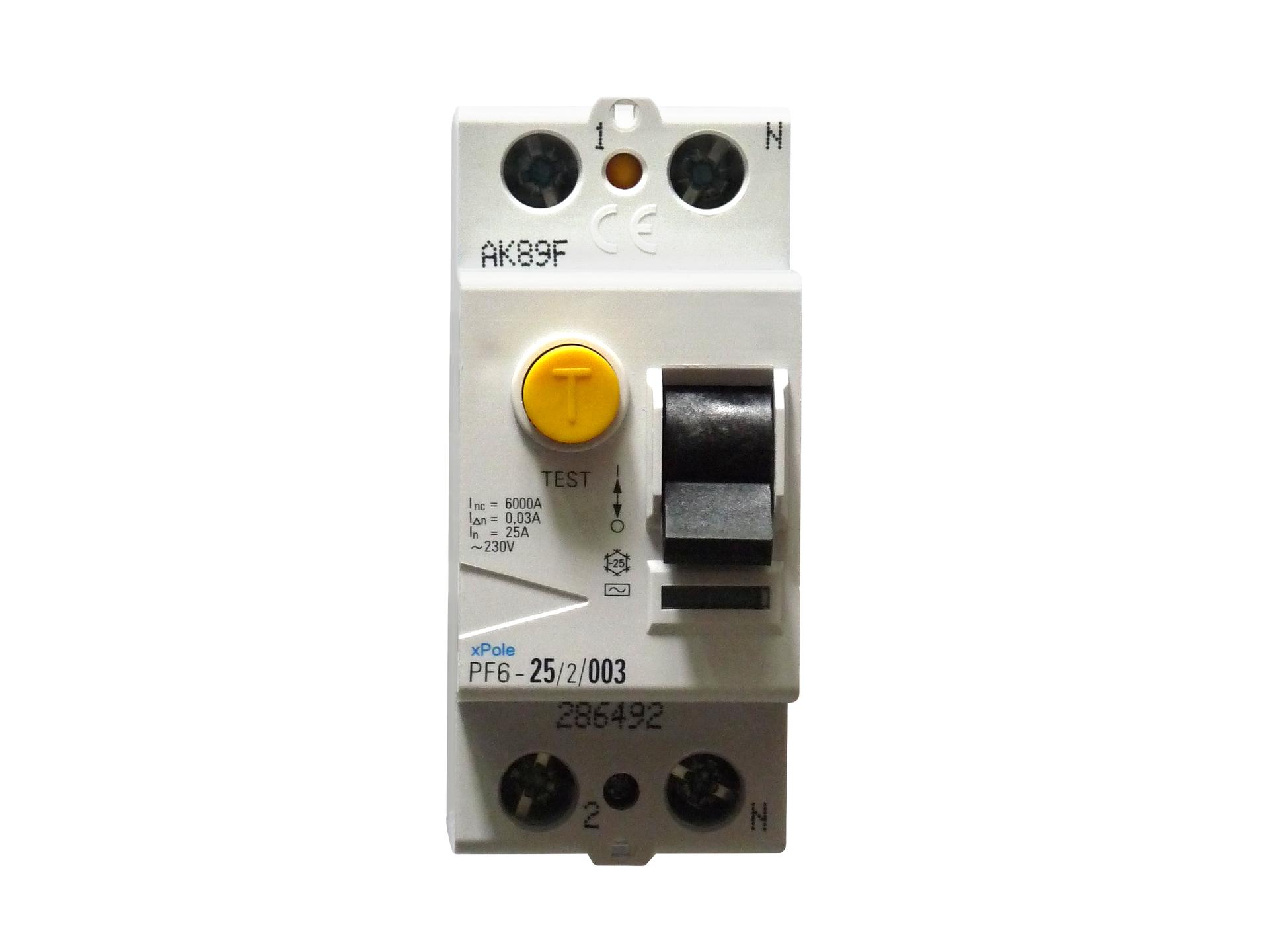 Galeria składa się zczterech zdjęć prezentujących stosowane wdomach ibudynkach użyteczności publicznej zabezpieczenia prądowe. Zdjęcie numer cztery przedstawia modułowy wyłącznik różnicowo prądowy stosowany wnowoczesnych skrzynkach rozdzielczych. Zdjęcie przedstawia bezpiecznik od przodu, po prawej stronie znajduje się dźwignia aktywująca, apo lewej żółty przycisk test, którego naciśnięcie powinno spowodować natychmiastowe odcięcie dopływu prądu.