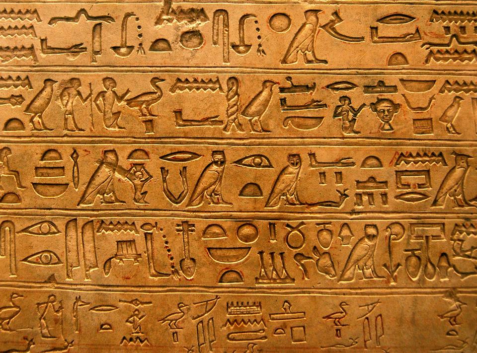 """Słowo """"hieroglify"""" pochodzi zjęzyka greckiego; oznacza """"święte znaki"""". Egipcjanie używali hieroglifów przede wszystkim do zapisywania tekstów religijnych idokumentów państwowych. Słowo """"hieroglify"""" pochodzi zjęzyka greckiego; oznacza """"święte znaki"""". Egipcjanie używali hieroglifów przede wszystkim do zapisywania tekstów religijnych idokumentów państwowych. Źródło: Andrea, licencja: CC BY-SA 3.0."""