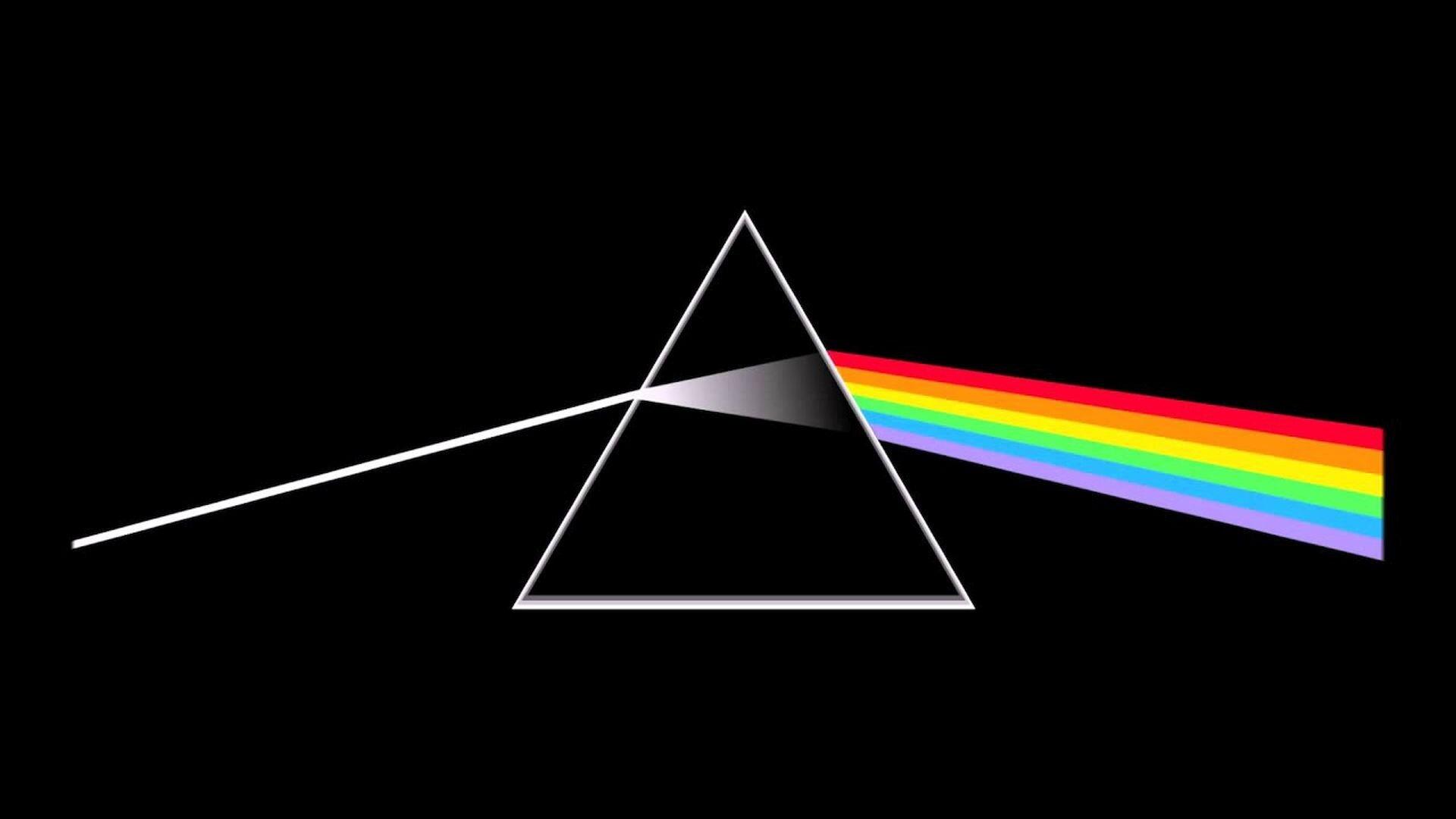 Ilustracja interaktywna przedstawiająca pryzmat na czarnym tle, Przechodzące przez niego światło jest rozszczepiane na liczne kolory: czerwony, pomarańczowy, żółty, zielony, niebieski, fioletowy.