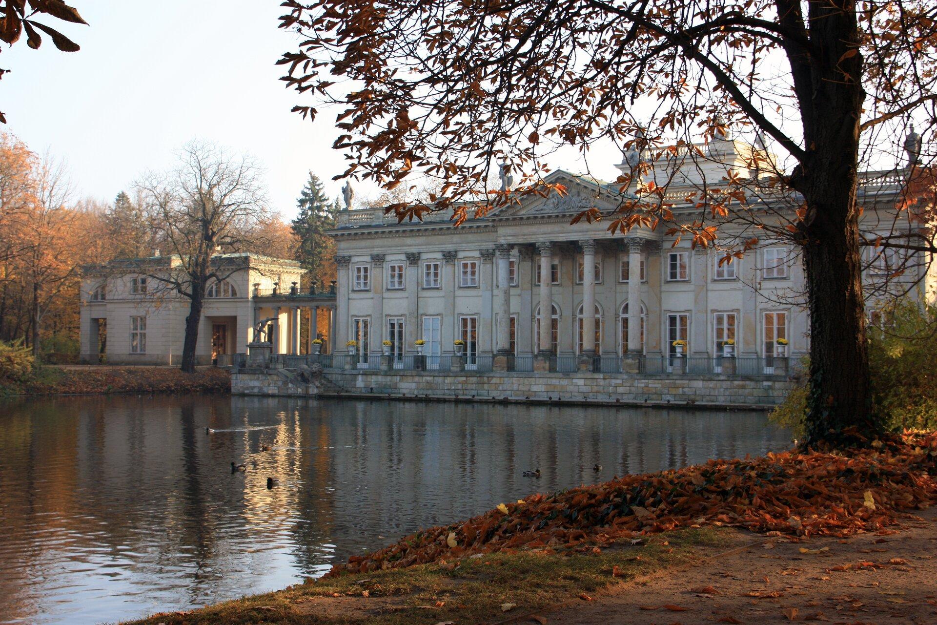 Łazienki: Pałac na Wyspie Łazienki: Pałac na Wyspie Źródło: Wolskaola, Wikimedia Commons, licencja: CC BY-SA 3.0.