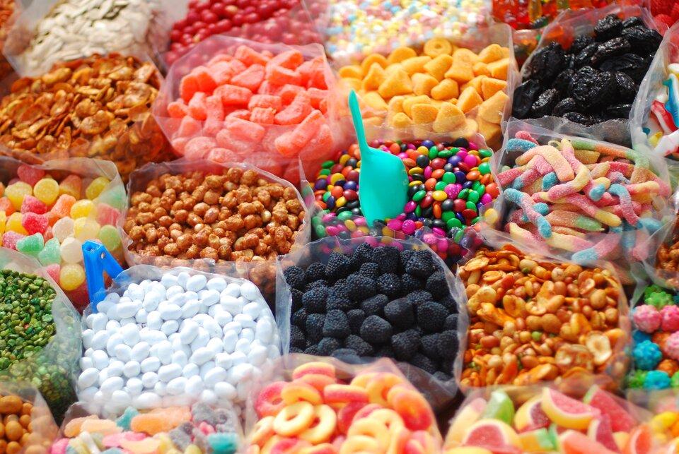Fotografia prezentująca różnego koloru irodzaju słodycze