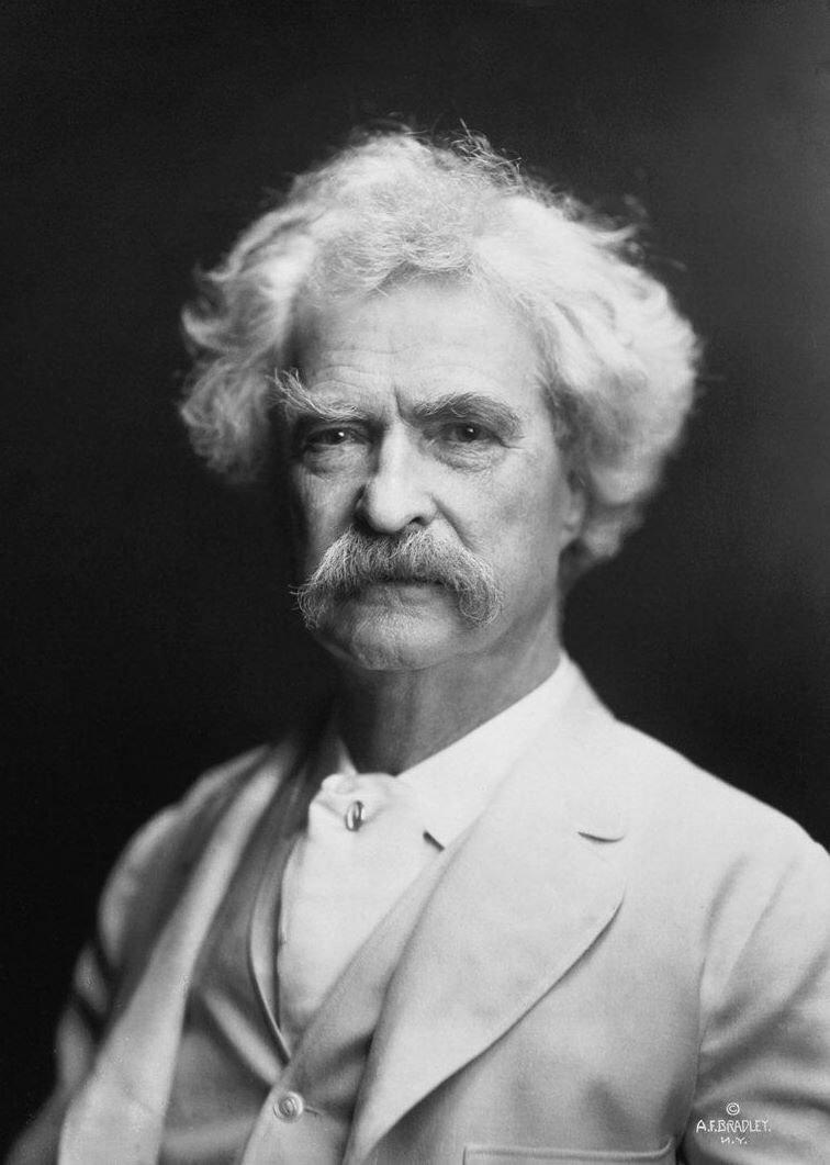 Portret Marka Twaina Źródło: A.F. Bradley, Portret Marka Twaina, 1907, fotografia, domena publiczna.