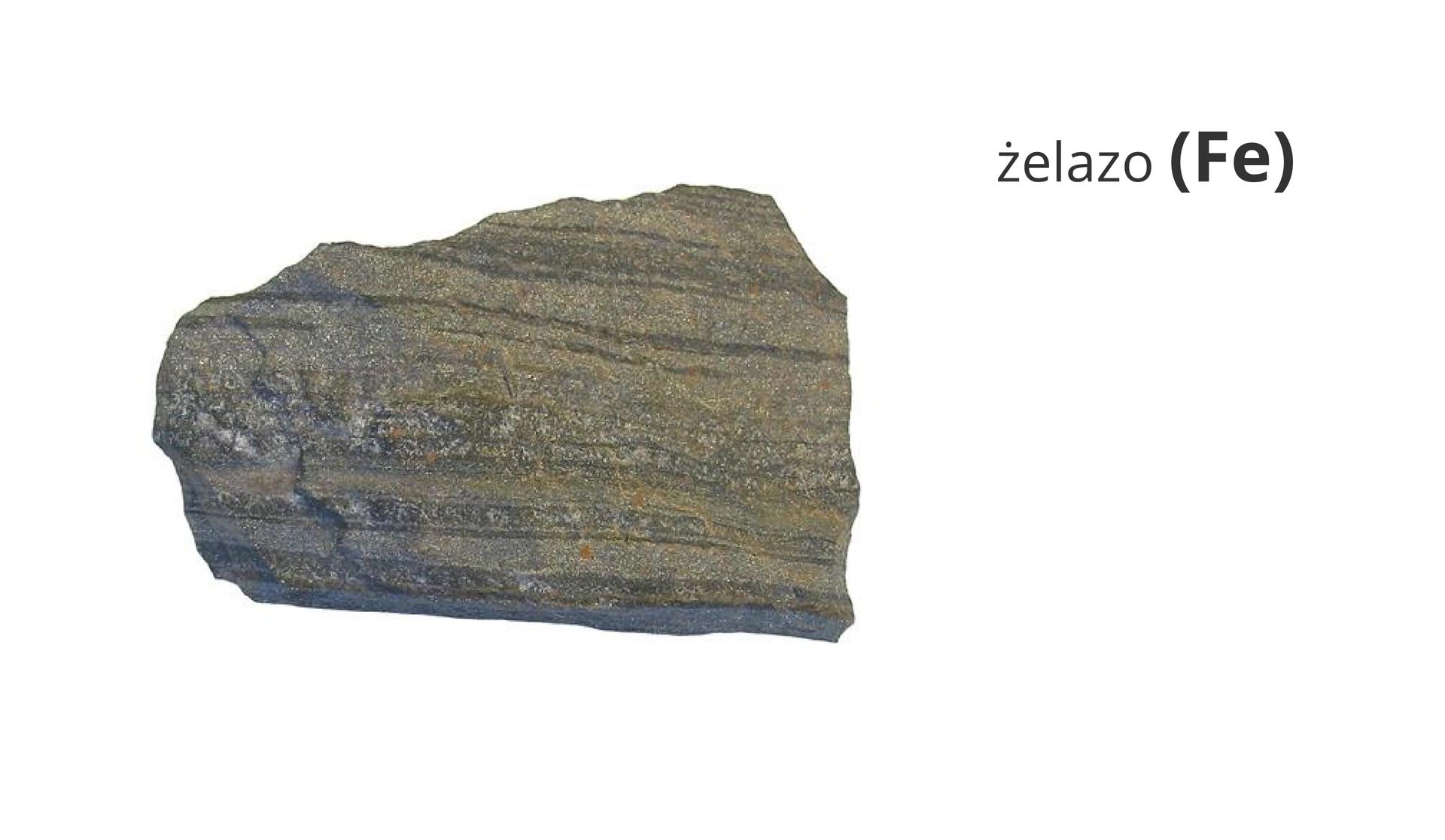 Zdjęcie przedstawia rudę żelaza. Obok widnieje napis żelazo ijego symbol Fe.