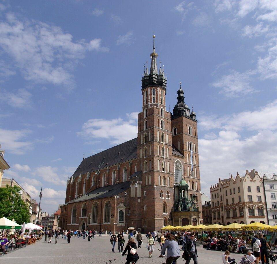 Na ilustracji wysoki kościół zcegły. Dwie wieże.