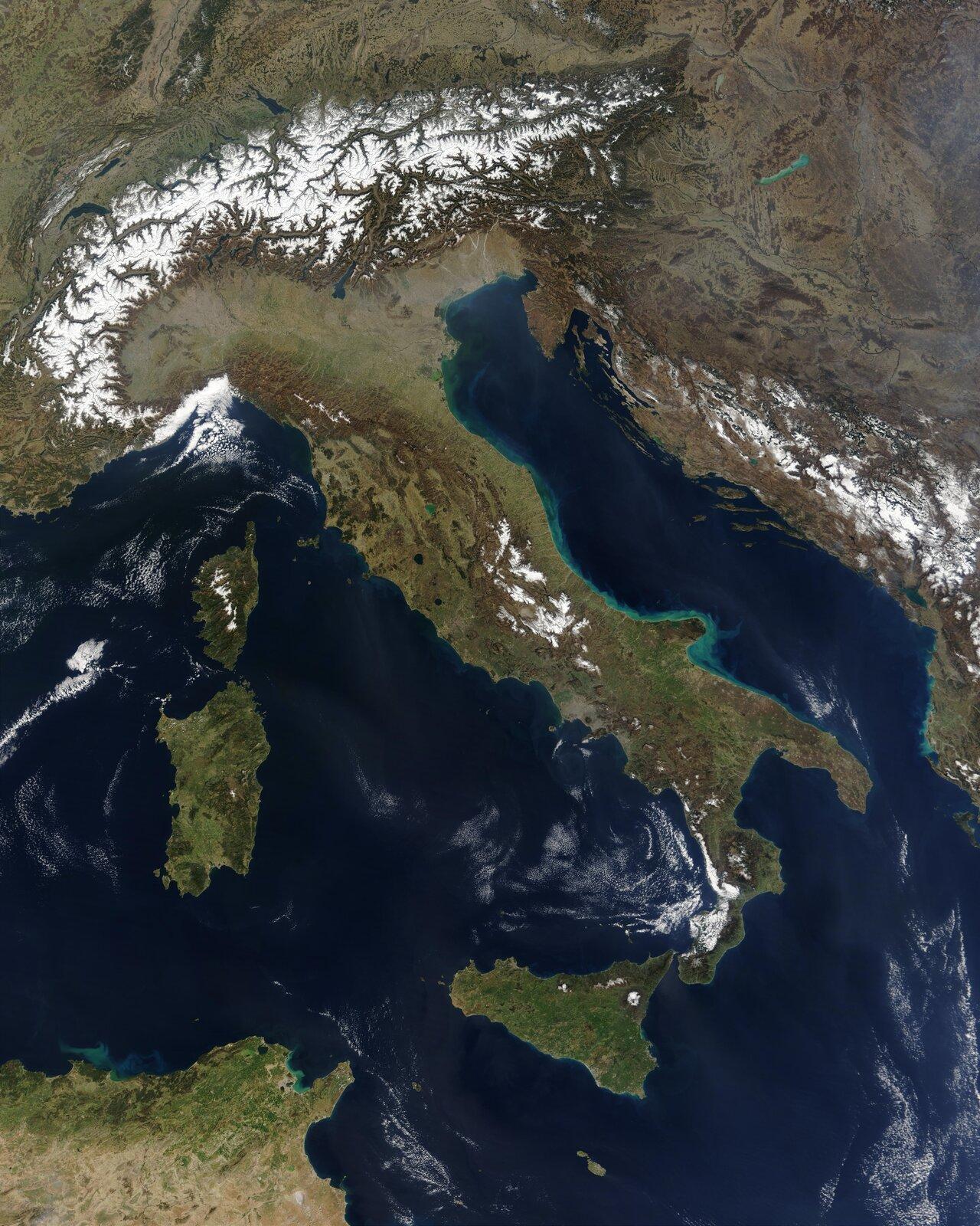 Fotografia nieznanego autora przedstawia zdjęcie satelitarne, na którym widoczny jest Półwysep Apeniński.