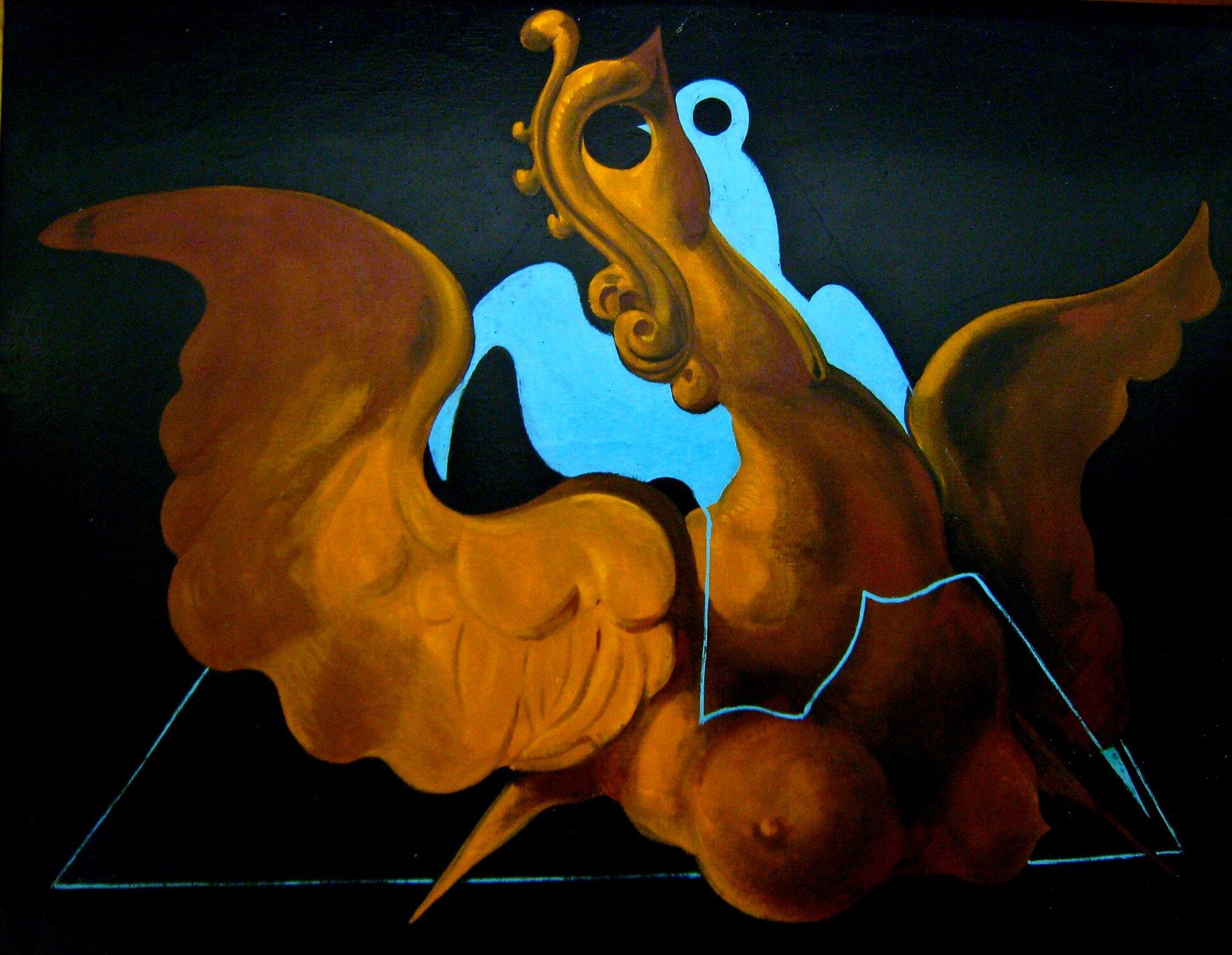 """Ilustracja przedstawia obraz olejny """"chimera"""" zcyklu """"Upłaszczyznowienia"""" autorstwa Maxa Ernsta. Dzieło ukazuje surrealistyczną postać żółto złotego ptaka orozpostartych skrzydłach ikobiecych piersiach, na czarnym tle. Oko stanowi otwór, głowę zdobią zawinięte wloki pióra. Postać ptaka wpisana jest wbłękitny kontur trójkąta, zakończonego ugóry nieregularną błękitną płaszczyzną."""