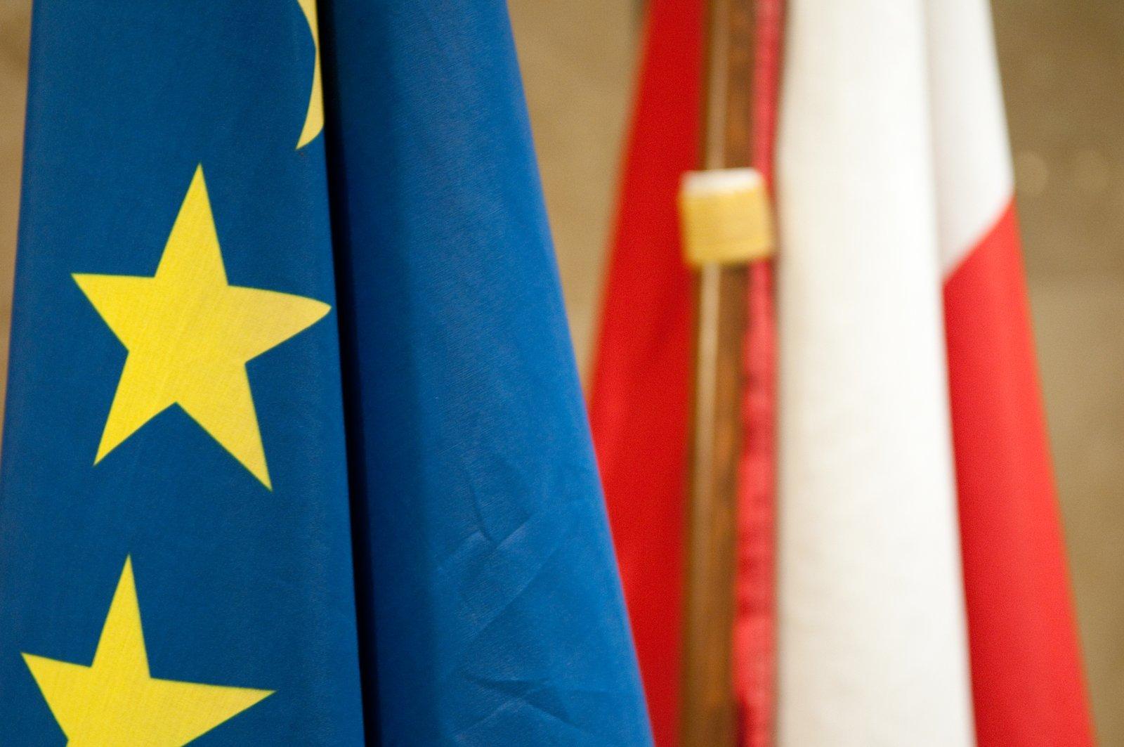 Flaga RP iUE Źródło: Michal Osmenda, Flaga RP iUE, licencja: CC BY-SA 2.0.