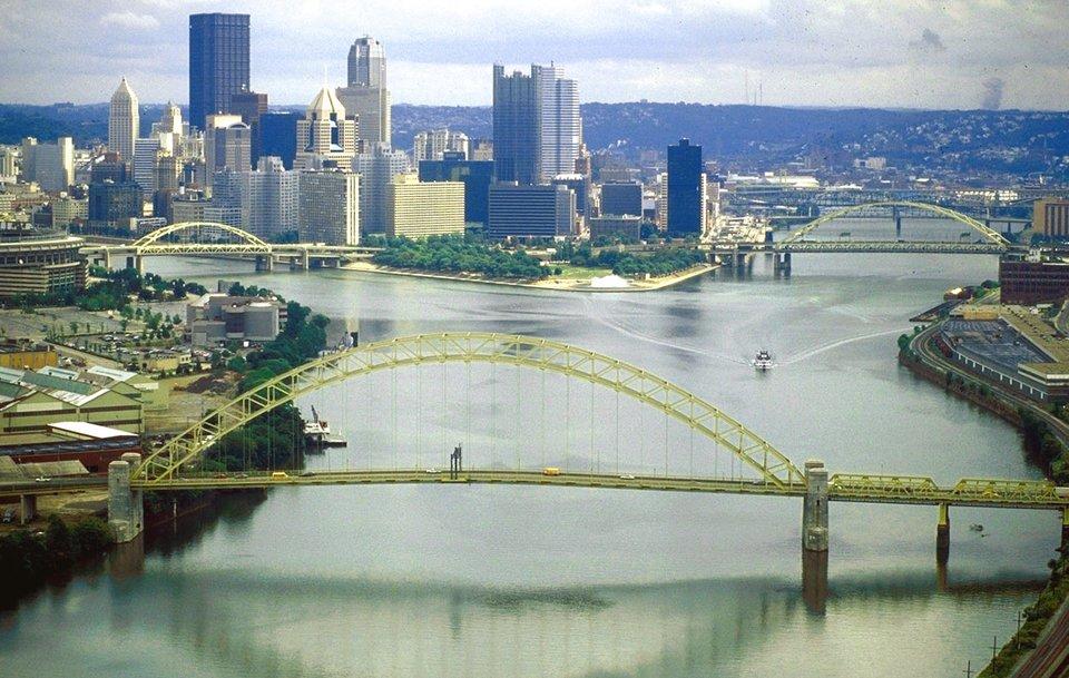 Początek rzeki Ohio wPittsburgh wPensylwanii. Powstała ona zpołączenia dwóch rzek Allegheny (na lewo) oraz Monongahela (na prawo). Most na pierwszym planie jest pierwszym mostem na rzece Ohio. Początek rzeki Ohio wPittsburgh wPensylwanii. Powstała ona zpołączenia dwóch rzek Allegheny (na lewo) oraz Monongahela (na prawo). Most na pierwszym planie jest pierwszym mostem na rzece Ohio. Źródło: David Schwab, 1998, Fotografia, U.S. Army Corps of Engineers Digital Visual Library, domena publiczna.