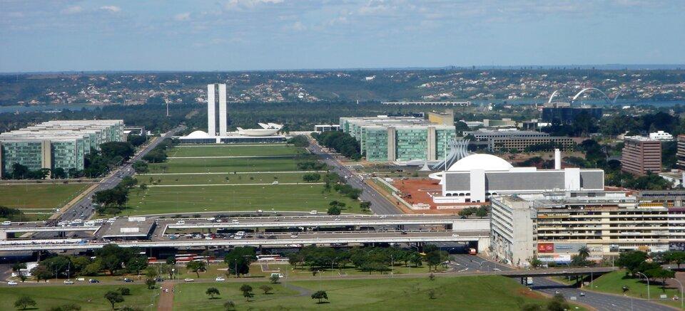 Na zdjęciu miasto, nowoczesne zabudowania, duże terenów zielonych.