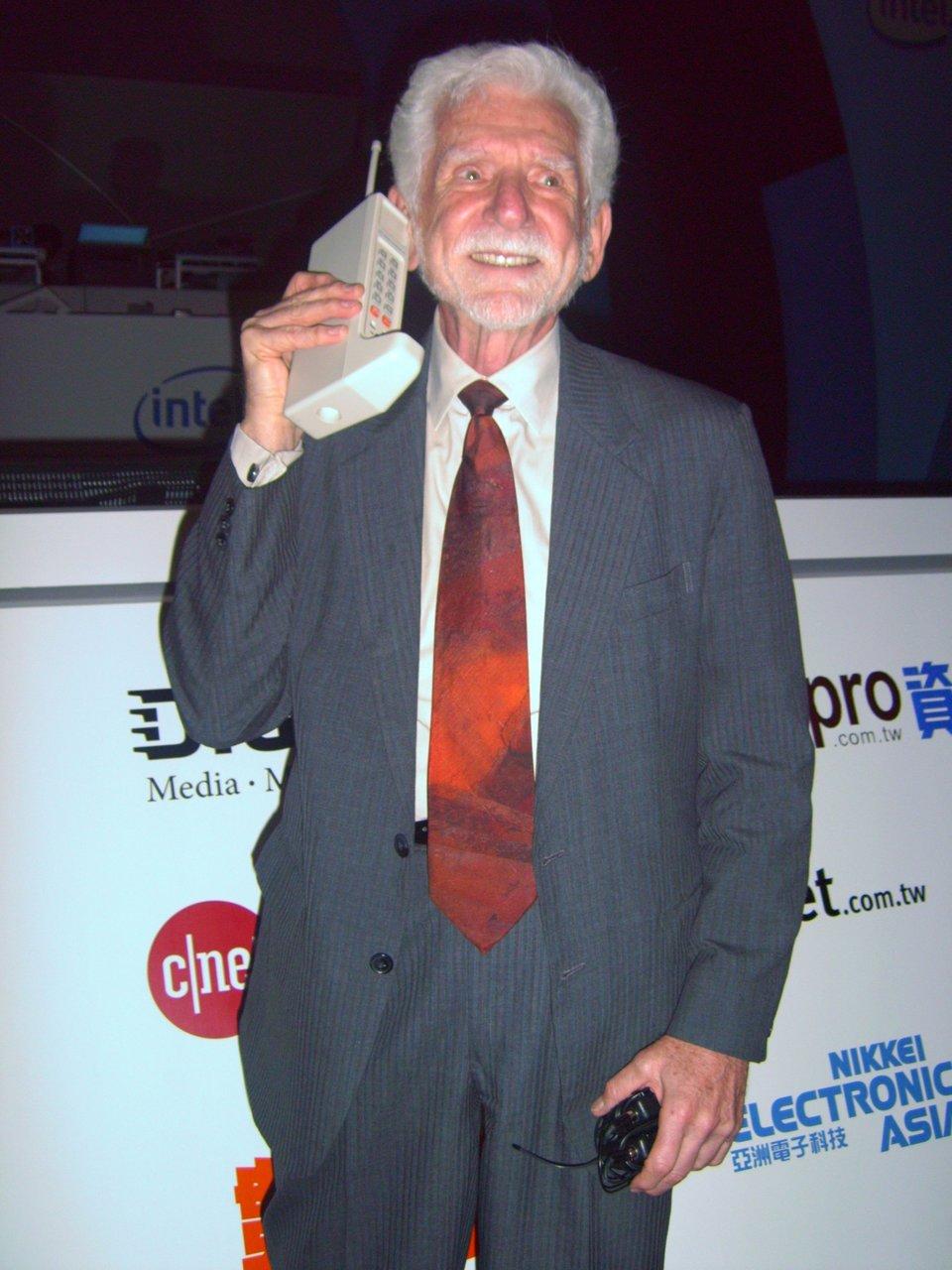 Ilustracja przedstawiająca Martina Coopera zprototypem telefonu komórkowego