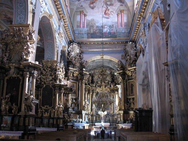 Lwów -kościół bernardynów, wnętrze. Lwów -kościół bernardynów, wnętrze. Źródło: Janmad, Wikimedia Commons, licencja: CC BY-SA 2.5.