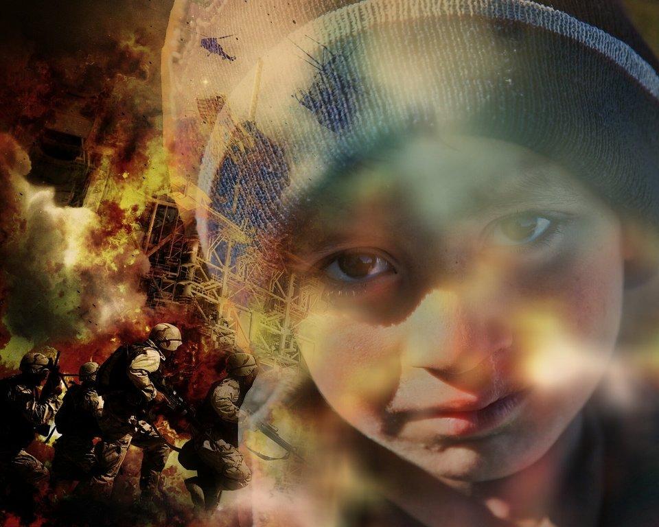 twarz dziecka na tle idących żołnierzy