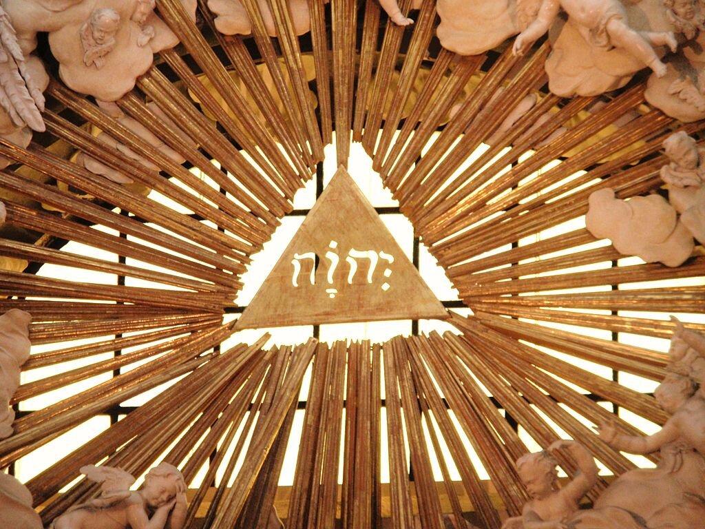 Hebrajski napis JHWH wkościele pw. Karola Boromeusza wWiedniu wAustrii Hebrajski napis JHWH wkościele pw. Karola Boromeusza wWiedniu wAustrii Źródło: domena publiczna.