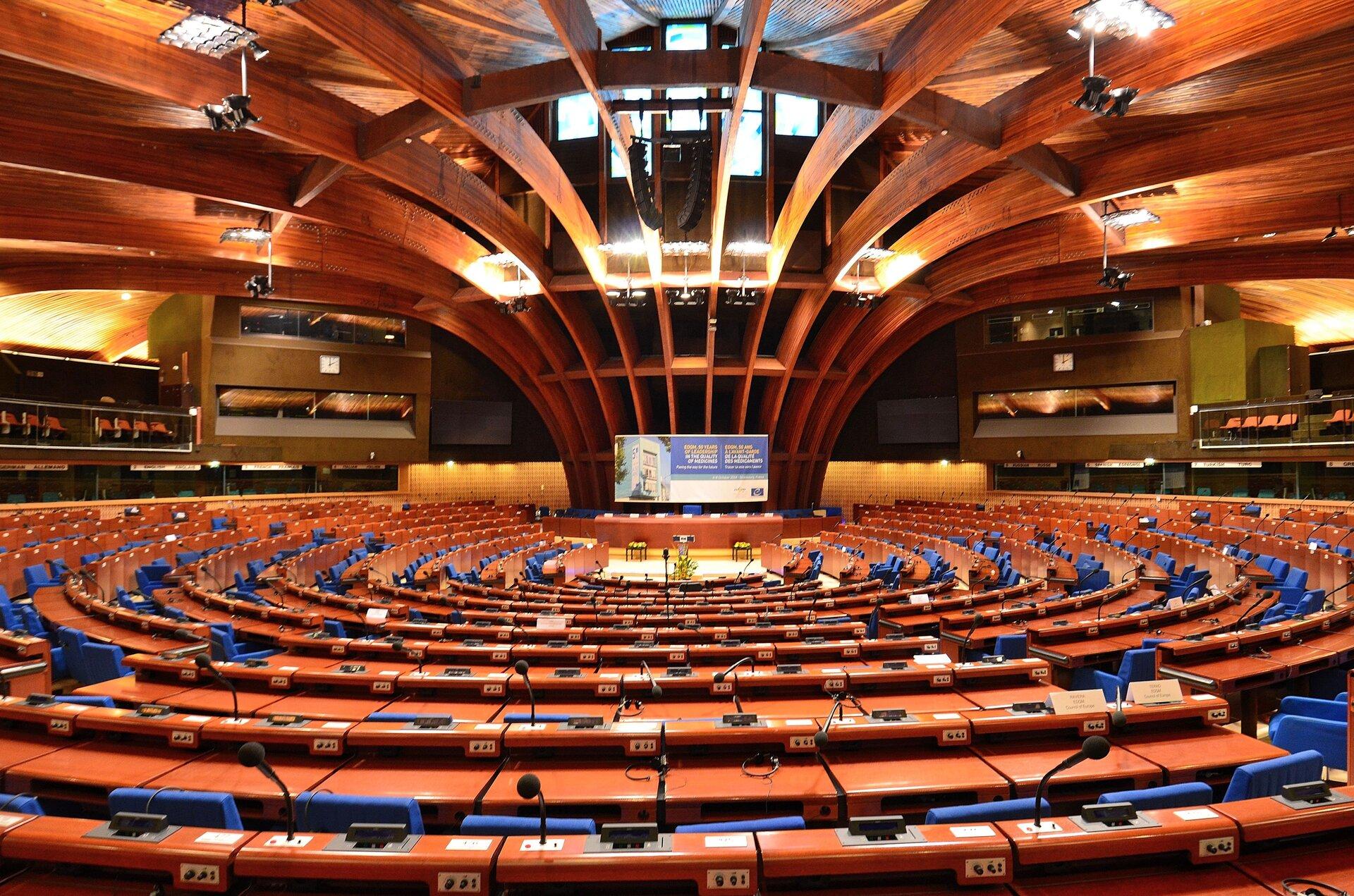 Sala obrad plenarnych Rady Europy Źródło: Adrian Grycuk, Sala obrad plenarnych Rady Europy, licencja: CC BY-SA 3.0.