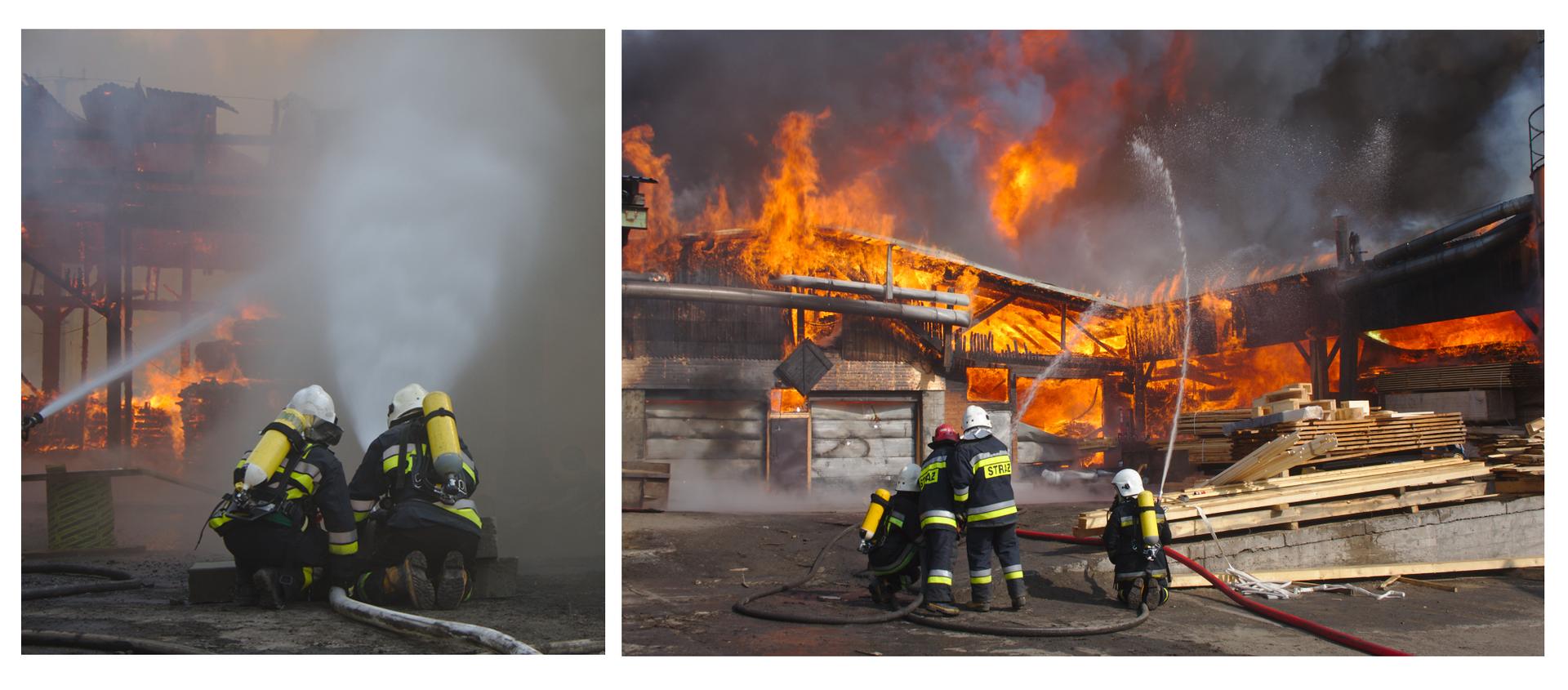 Ilustracja składa się zdwóch zdjęć. Pierwsze zdjęcie przedstawia dwóch strażaków kucających na ulicy ubranych wspecjalne strój używany wtrakcie gaszenia pożaru. Ciemna kurtka obszyta jest dwoma pasami wykonanymi zodblaskowego materiału. Dwa pasy są poziomo naszyte wzdłuż pleców idolnej części rękawów. Górny pas to kolor srebrny. Dolny, równoległy pas, to kolor jaskrawo żółty. Te same pasy są naszyte wokół dolnej części nogawek wspodniach. Strażacy na głowach mają białe kaski. Na plecach żółte butle zmieszanką gazową. Wdole zdjęcia widoczny wąż strażacki. Długa rura wykonana zmateriału. Wewnątrz woda do gaszenia pożaru. Strażacy trzymają wąż strażacki między sobą. Przed strażakami widoczna wydobywająca się zwęża woda pod wysokim ciśnieniem. Woda kierowana jest wgórę. Wtle zdjęcia, po lewej stronie, widoczny drugi strumień wody wydostający się zwęża strażackiego. Wtle budynek częściowo spalony wpożarze. Widoczne płomienie wzdłuż ścian budynku. Drugie zdjęcie przedstawia czterech strażaków gaszących pożar dużego budynku fabrycznego, ujęcie znacznie szersze od poprzedniego. Dzień. Strażacy znajdują się blisko siebie. Jeden obok drugiego. Pierwszy iczwarty strażak, gaszą pożar wprzysiadzie lub klęcząc. Trzymają węże strażackie, kierując strumień wody wgórę wstronę pożaru. Dwóch strażaków, drugi itrzeci, stojąc, pomagają strażakowi po lewej. Razem trzymają wąż strażacki. Wtle zdjęcia palący się budynek fabryczny. Budynek sięga od lewej do prawej krawędzi zdjęcia. Ogień znajduje się wcałym budynku. Czerwone iżółte płomienie zajmują parter ipiętro, dach. Nad palącym się budynkiem ciemny dym oraz plamy czerwonego ognia unoszącego się ku górze. Obok strażaków, na prawo, leżą drewniane ibetonowe części budynku.