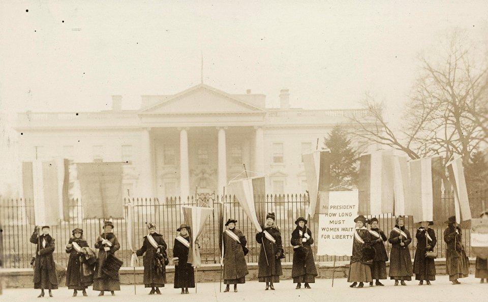 Amerykańskie działaczki feministyczne pikietujące pod Białym Domem Amerykańskie działaczki feministyczne pikietujące pod Białym Domem Źródło: Harris & Ewing, 1917, Library of Congress, domena publiczna.