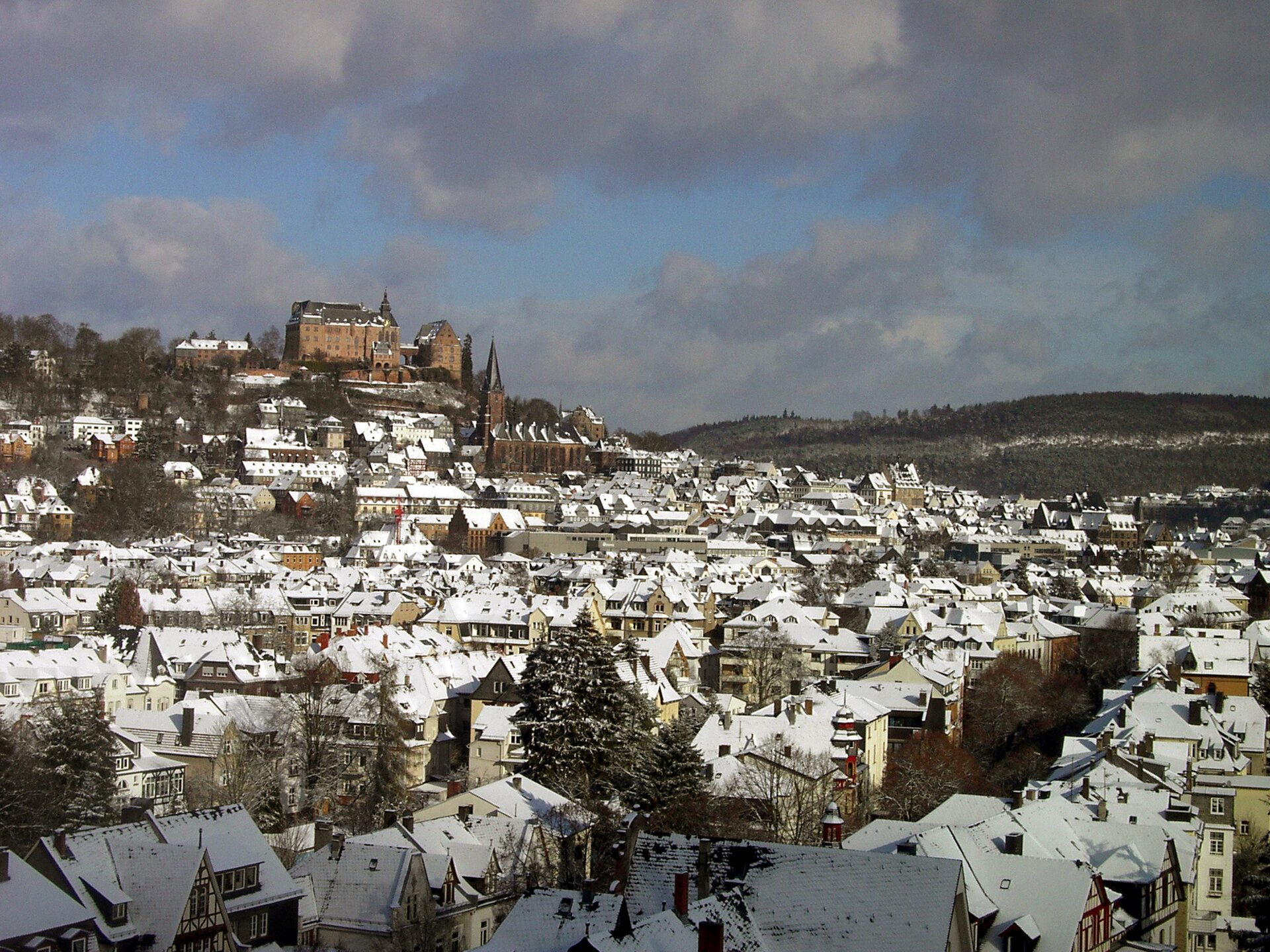 Marburg – widok miasta zzamkiem iuniwersytetem Źródło: Macador, Marburg – widok miasta zzamkiem iuniwersytetem, 2004, fotografia, licencja: CC BY-SA 3.0.