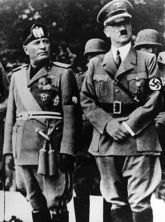 archiwalne zdjęcia na którym widać dwóch mężczyzn wmundurach - Benito Mussoliniego iAfdolfa Hitlera