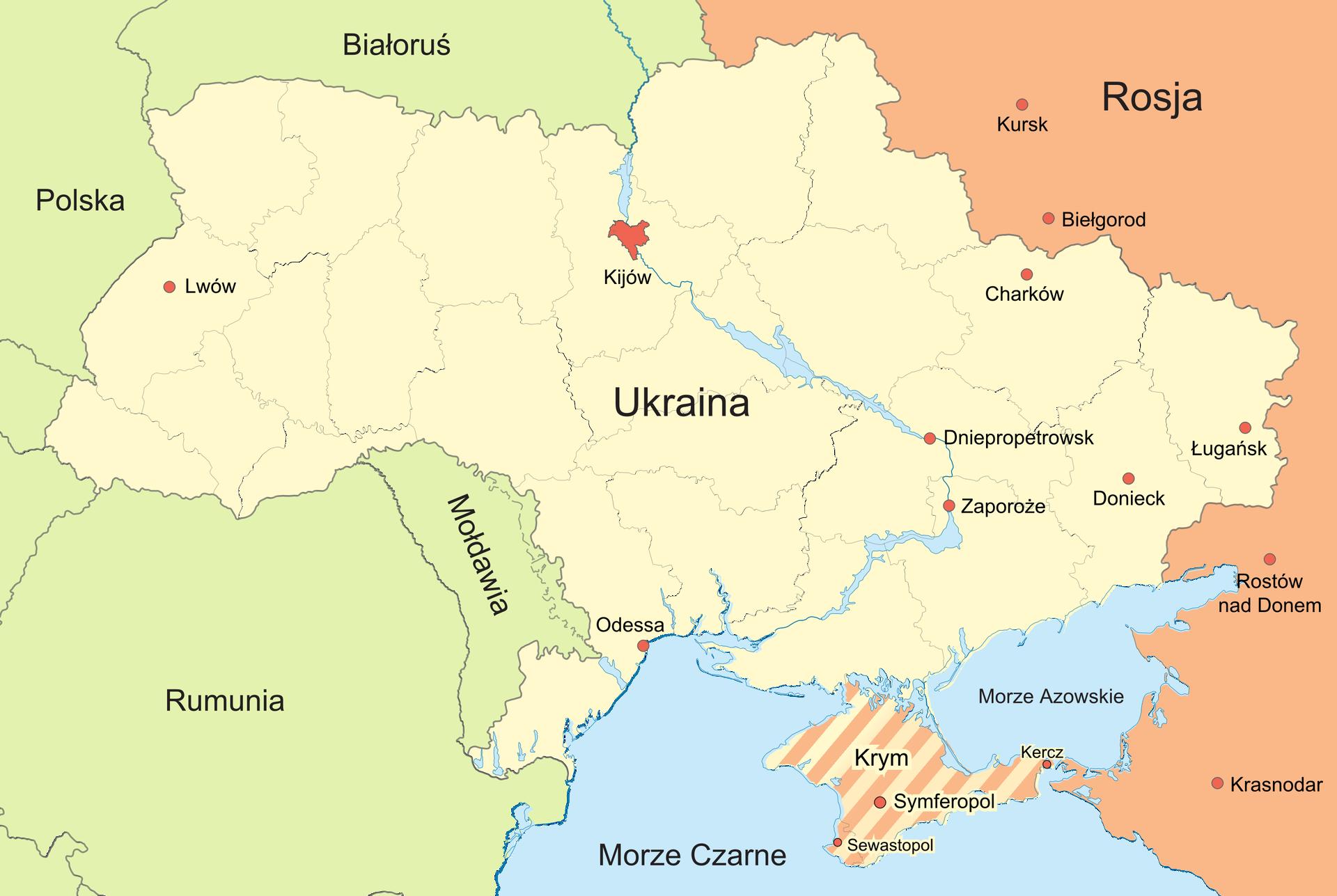 Na ilustracji mapa polityczna. Wcentralnej części Ukraina, kolor żółty. Na północy Białoruś, na zachodzie Polska. Na południu Rumunia iMołdawia. Na wschodzie Rosja, kolor pomarańczowy. Na południu Krym, półwysep, żółto-pomarańczowe paski. Czerwonymi kropkami zaznaczone miasta na Ukrainie iwRosji.