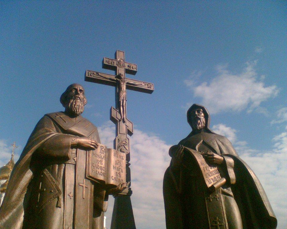 Pomnik św.św. Cyryla iMetodego wChanty-Mansijsku, Rosja, 2005 rok Źródło: Милютин Станислав Викторович, Pomnik św.św. Cyryla iMetodego wChanty-Mansijsku, Rosja, 2005 rok, licencja: CC 0.