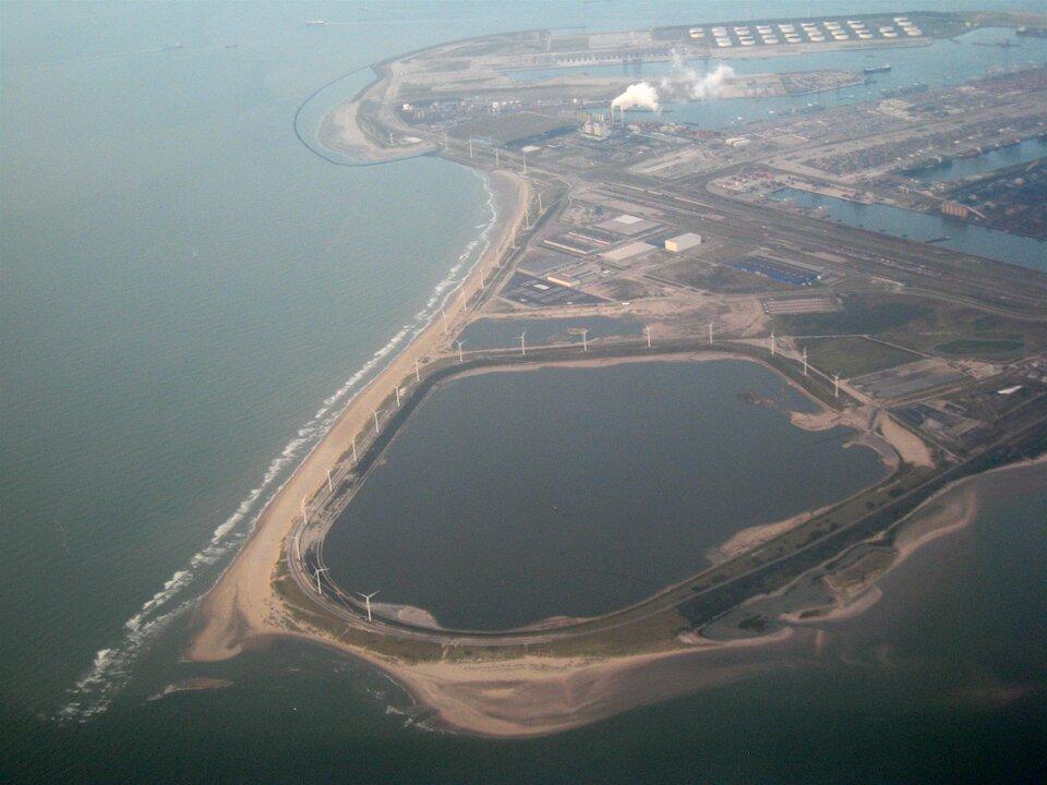 Zdjęcie lotnicze portu morskiego. Zabudowania przemysłowe, kominy.