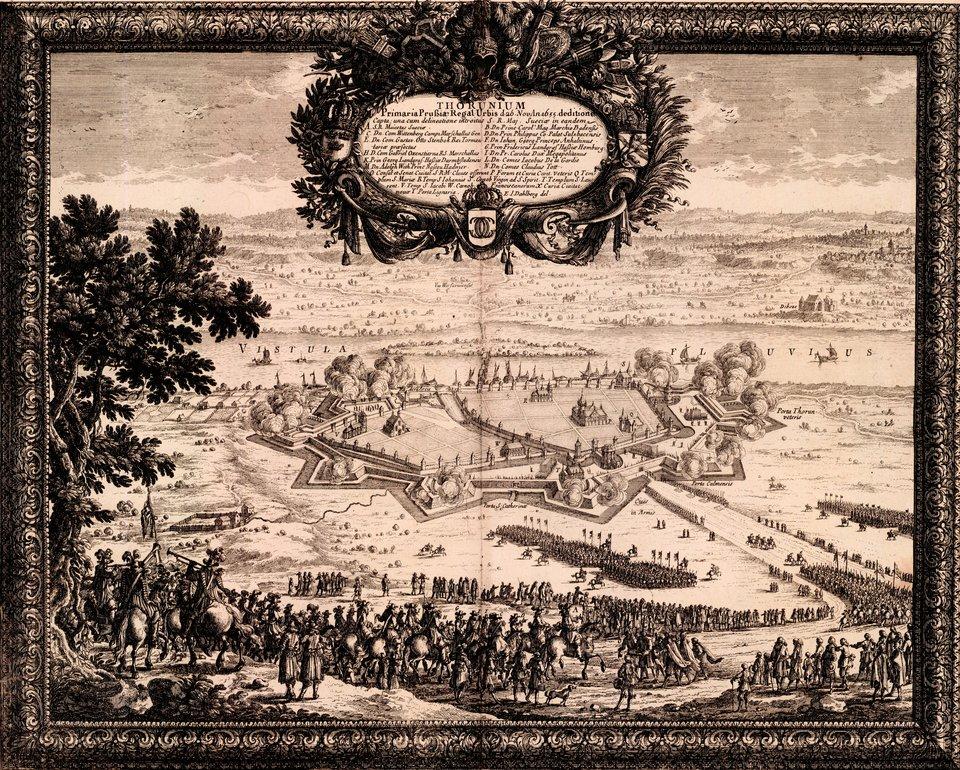Samuel von Pufendorf, Oczynach Karola Gustawa, króla Szwecji, komentarzy ksiąg siedem, Norymberga 1696 Oblężenie ufortyfikowanego Torunia -26 listopada 1655 rokupod miastem stanęli Szwedzi izaczęło się regularne oblężenie. Toruń skapitulował 4 grudnia. Miasto stało sięsiedzibą szwedzkiego gubernatora Prus irozpoczęła się jegookupacja trwająca do 1658 r. Nakładane wjej trakcie kontrybucje, atakże ekscesy wojsk szwedzkich wtrakcie zdobywania miasta (spalenie ipóźniejsza rozbiórka kościoła św. Ducha iklasztoru benedyktynek) spowodowałyupadek miasta. Źródło: Erik Dahlbergh, Samuel von Pufendorf, Oczynach Karola Gustawa, króla Szwecji, komentarzy ksiąg siedem, Norymberga 1696, 1655, domena publiczna.