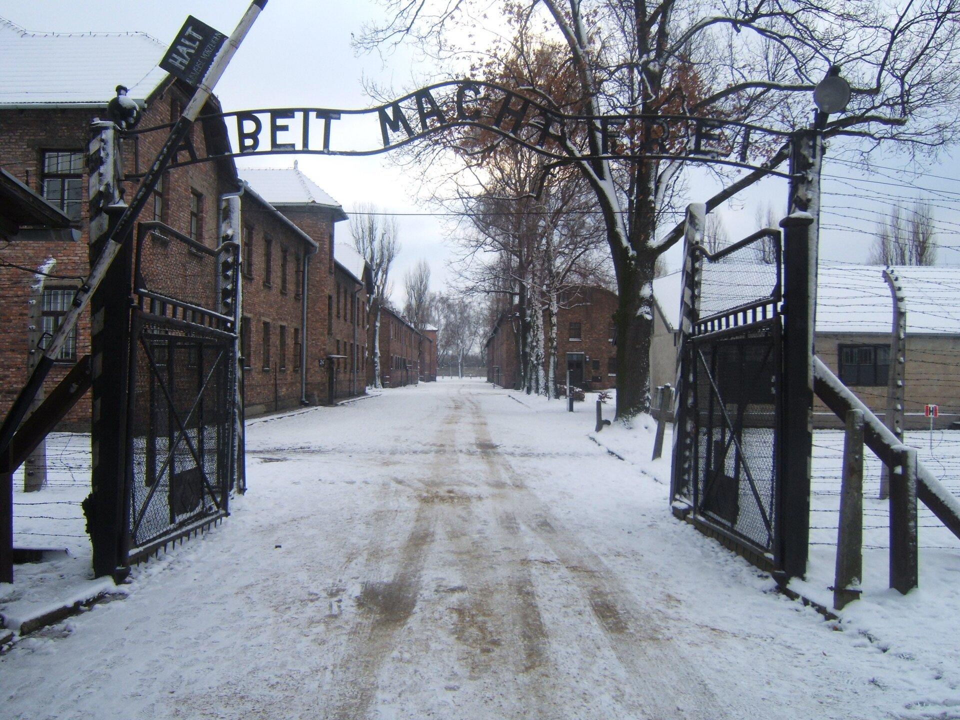 Brama wjazdowa do Auschwitz Brama wjazdowa do Auschwitz Źródło: domena publiczna.