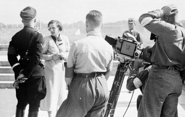 Spotkanie reżyserki zHeinrichem Himmlerem Spotkanie reżyserki zHeinrichem Himmlerem Źródło: Bundesarchiv Bild 152-42-31, licencja: CC BY-SA 3.0.