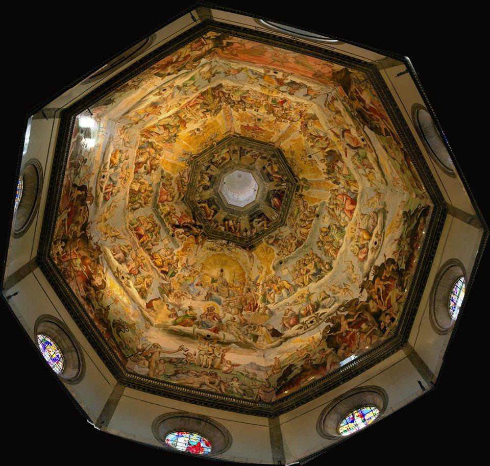 Santa Maria del Fiore, Florencja – freski we wnętrzu kopuły wkatedrze.Freskipowstały ponad 130 lat po poświęceniu wzniesionej wówczas największej kopuły. Ich malowanie rozpoczął Giorgio Vasari, uznawany za ojca historii sztuki, który nie zdążył ukończyć tego zadania. Wnajwyższej strefie widzimy proroków, później ludzi zbawionych, wdolnych rzędach przedstawiono potępionych. Santa Maria del Fiore, Florencja – freski we wnętrzu kopuły wkatedrze.Freskipowstały ponad 130 lat po poświęceniu wzniesionej wówczas największej kopuły. Ich malowanie rozpoczął Giorgio Vasari, uznawany za ojca historii sztuki, który nie zdążył ukończyć tego zadania. Wnajwyższej strefie widzimy proroków, później ludzi zbawionych, wdolnych rzędach przedstawiono potępionych. Źródło: MatthiasKabel, Wikimedia Commons, licencja: CC BY-SA 3.0.