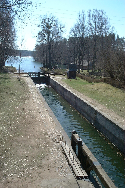 Jedna ze śluz Kanału Augustowskiego Źródło: Mariusz Marczak, Jedna ze śluz Kanału Augustowskiego, licencja: CC BY-SA 3.0.