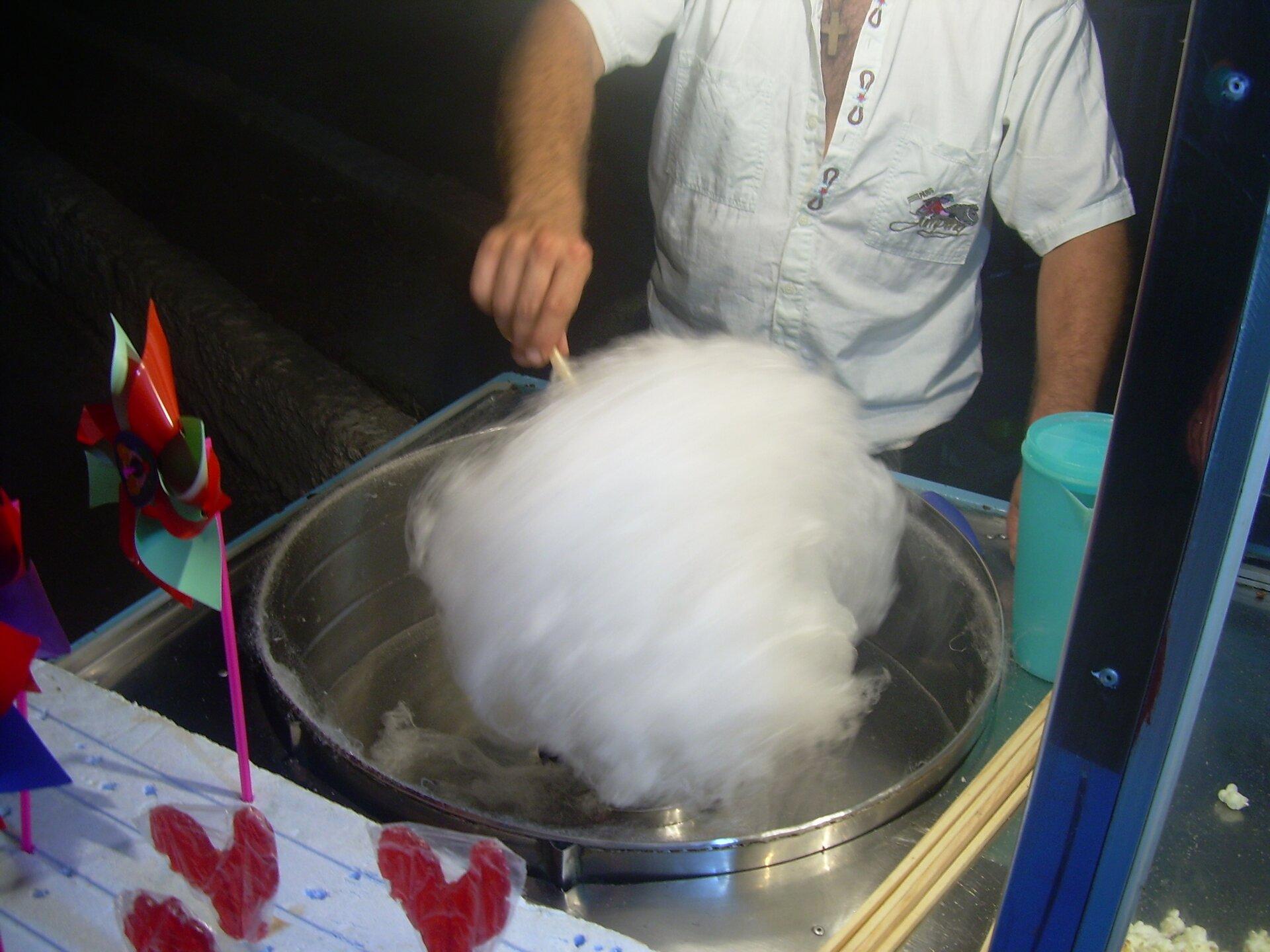 Zdjęcie przedstawia sprzedawcę waty cukrowej.