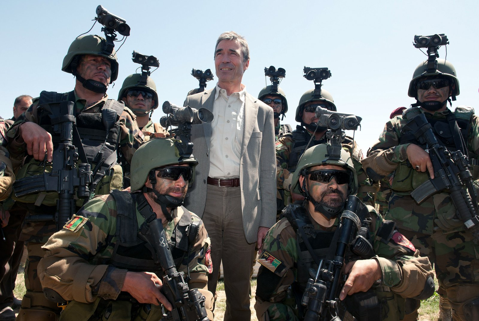 Andres F.Rasmussen, sekretarz genaeralny NATO wlatach 2009-20014, wśród żołnierzy sił specjalnych wAfganistanie w2012 roku