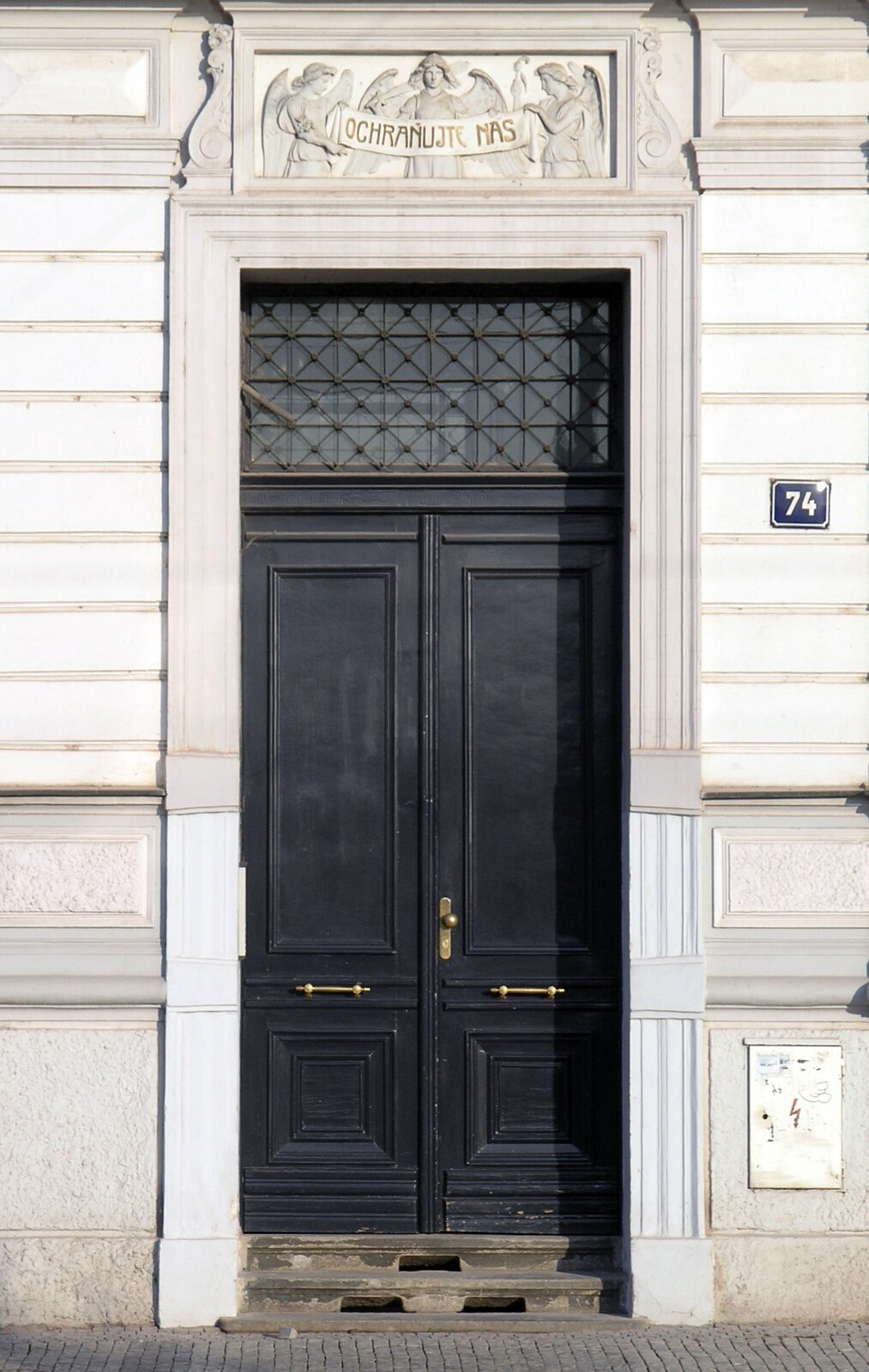 Rys. a. Zdjęcie poglądowe przedstawia historyczne drzwi wczeskiej Pradze. Jak dużego momentu siły trzeba aby je otworzyć? Fot. Matěj Baťha [CC BY-SA 3.0], via Wikimedia Commons